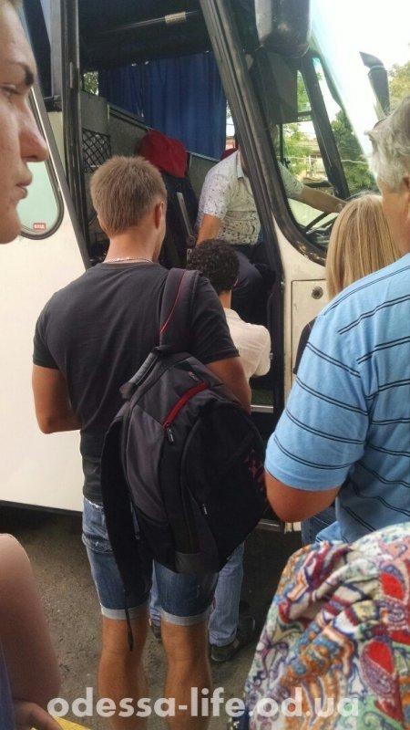 Посадку в автобус Одесса-Севастополь (Официально Одесса-Новая Каховка) теперь производят по паспортам.