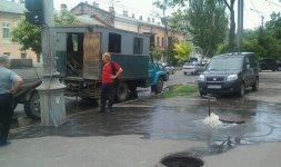 Подобные «канализационные фонтаны», как этот, который бил на углу улиц Малой Араутской и Лейтенанта Шмидта в июле 2013 года, теперь для Одессы вполне обыденное явление.