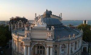 На крыше Оперного в Одессе починили скульптуру