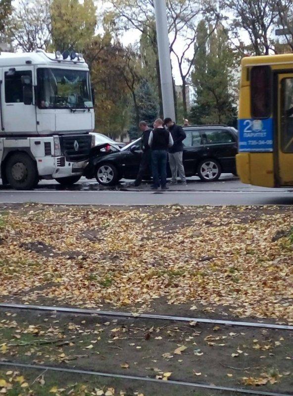 На Котовского фура столкнулась с легковушкой (фото)