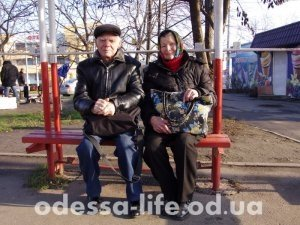 Николай Григорьевич с супругой едут на «Привоз» поискать дешёвой селёдки к празднику и купить контрабандных сигарет у цыган по дешёвке.