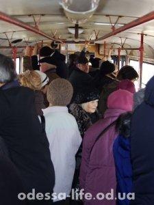 Трамвай «битком» набитый – большинство пенсионеров.
