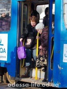 Остановка «Привоз». Все, кто едет «делать базар», выходят, дальше трамвай идет полупустой.