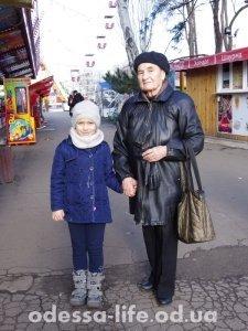 Надежда Константиновна с внучкой Галей так же приехали в парк, а карусели не работают.