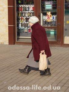 Чья-то бабуля бодро бежит к трамваю, хотя тот уже полный.