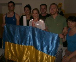3. В одной из палат. Группа пациентов и волонтеров с флагом Украины.
