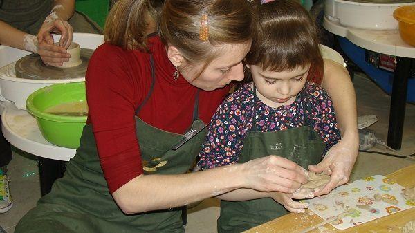 Александра Кирьязова - преподаватель студии с маленькой ученицей