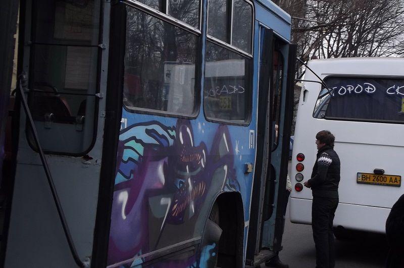 Троллейбус подрезал маршрутку