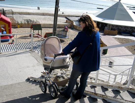 С коляской сложно спуститься к пляжу