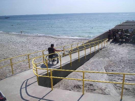 На некоторых одеских пляжах организованы спуски для инвалидов
