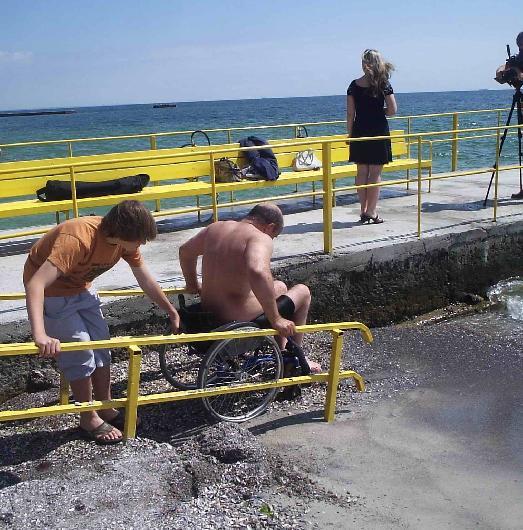 Инвалидам попасть на пляж непросто