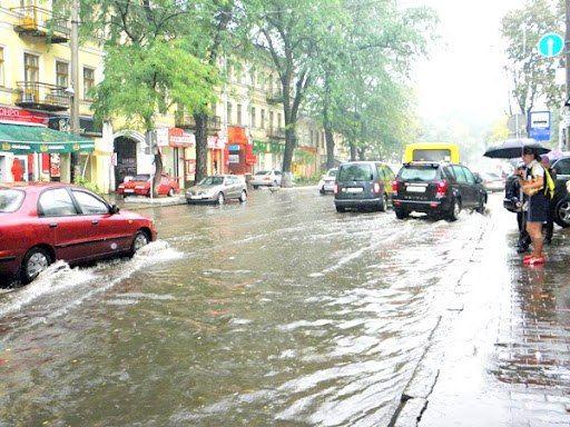 Дождевая канализация не справляется с объемом воды, на дорогах образовались пробки.  В Николаеве залило улицы в...