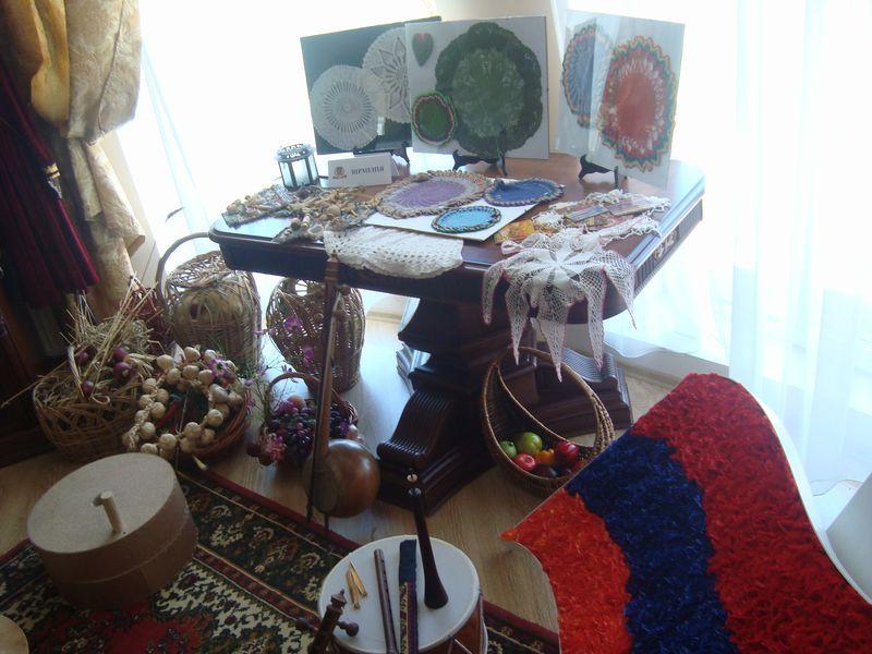 В музее общины, расположенном в культурном центре, представлены национальные инструменты, предметы быта, подарки, сделанные одесским армянам.