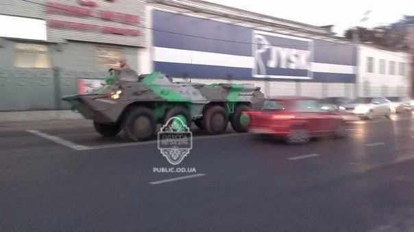 В Одессе заметили свежевыкрашенную бронетехнику (ФОТО)