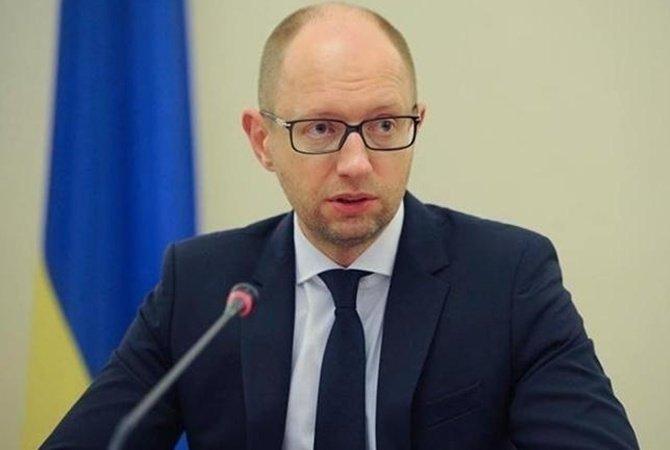 Яценюк: гривна падает из-за спекулянтов и решений НБУ