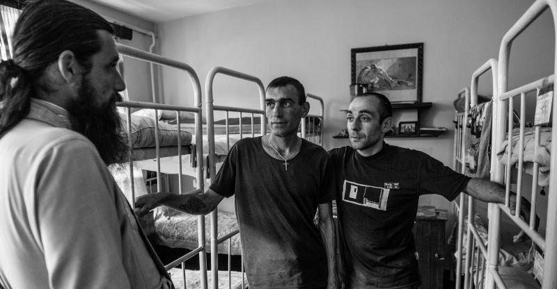 Молитва строгого режима: В одесских тюрьмах капелланы делают то, что не может сделать система