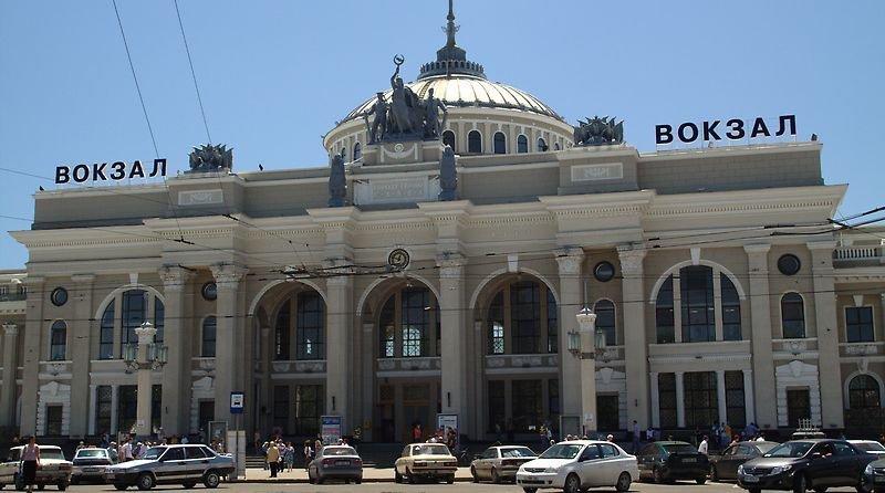 На главном железнодорожном вокзале Одессы по-прежнему звучит одесская музыка