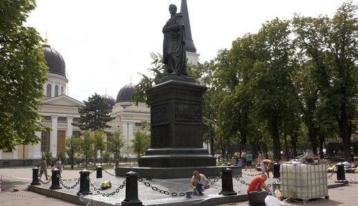В Одессе ремонтируют памятник Воронцову (ФОТО)