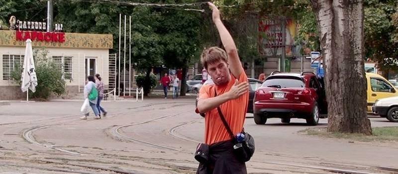 Как грузчик с «Привоза» регулировал движение из-за неработающих светофоров (ФОТО; ВИДЕО)