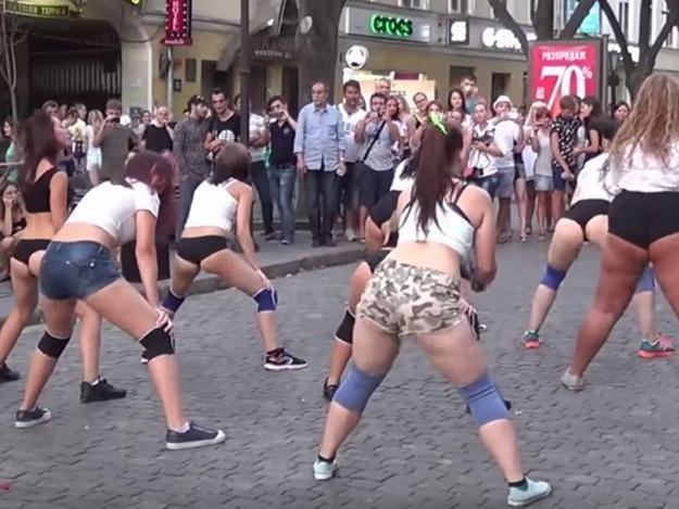 Откровенный танец на Дерибасовской поверг в шок одесситов (ВИДЕО)