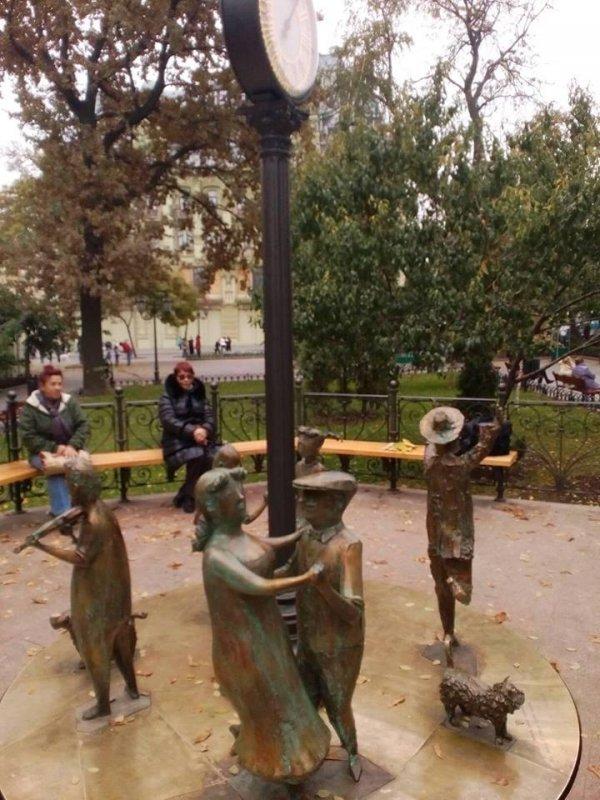 """На памятнике Ревы покаталась толпа пьяных парней – """"Одесское время"""" больше не крутится"""