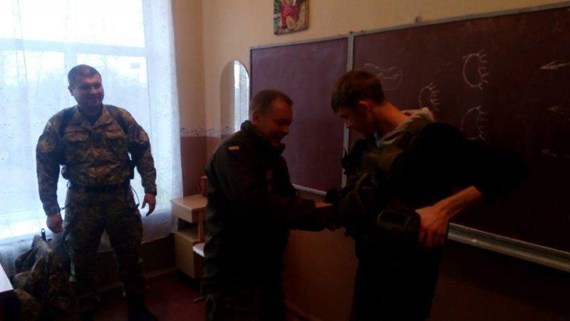 Бойцы 28-й мехбригады рассказали школьникам в Луганской области о способах ведения боя (ФОТО)
