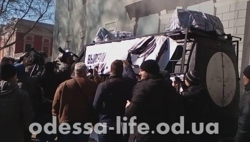 У одесской мэрии активисты чуть не перевернули «Дарт-мобиль» (ФОТО;ВИДЕО)
