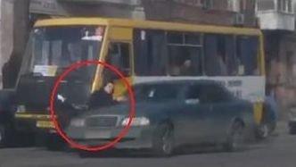 """В центре Одессы """"Мерседес"""" сбил девушку: ее подбросило на несколько метров вверх (ВИДЕО 18+)"""