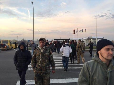 """Активисты расстелили флаг """"Новороссии"""" и перекрыли трассу (ФОТО)"""