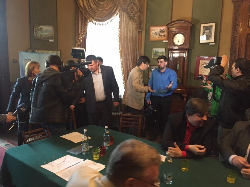 """Активисты сорвали конференцию за """"порто-франко"""" (ФОТО; ВИДЕО)"""