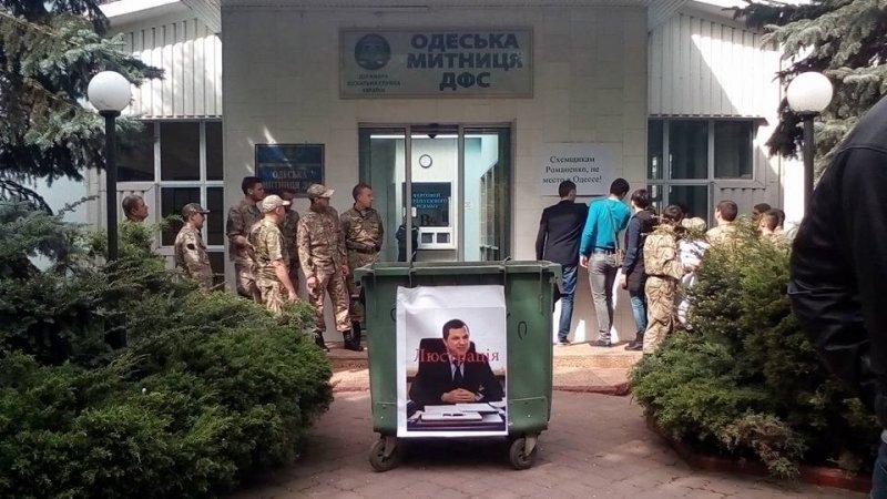 Скандального зама Марушевской решили покатать в мусорном баке (ФОТО; ВИДЕО)