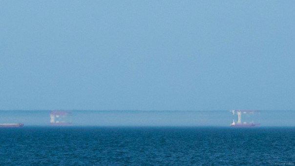 В Одессе над морем сфотографировали мираж: корабли ходили вверх тормашками (ФОТО)