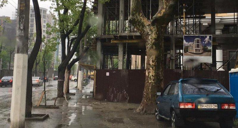 Застройка Французского бульвара идет полным ходом: новое здание оставит пешеходов почти без тротуара (ФОТО)