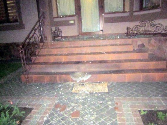 Во дворе у бизнесмена ночью произошел взрыв (ФОТО)