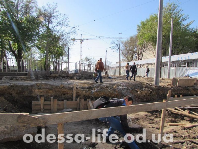 Благоустройство Старосенной площади: люди перепрыгивают через траншеи, а рельсы проходят у края канавы (ФОТОРЕПОРТАЖ)