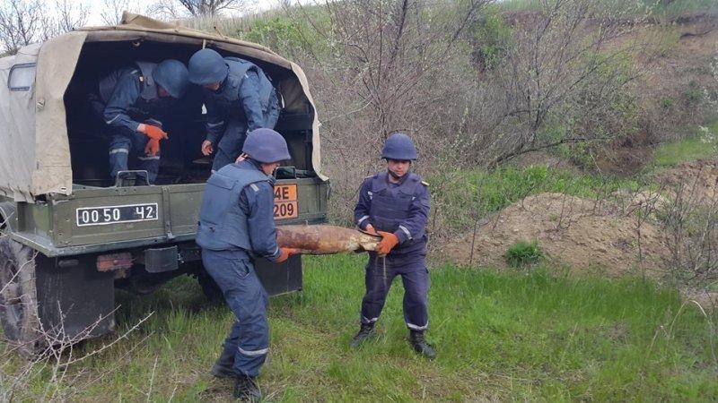 Спасатели показали, как обезвредили 4 авиабомбы (ФОТО)