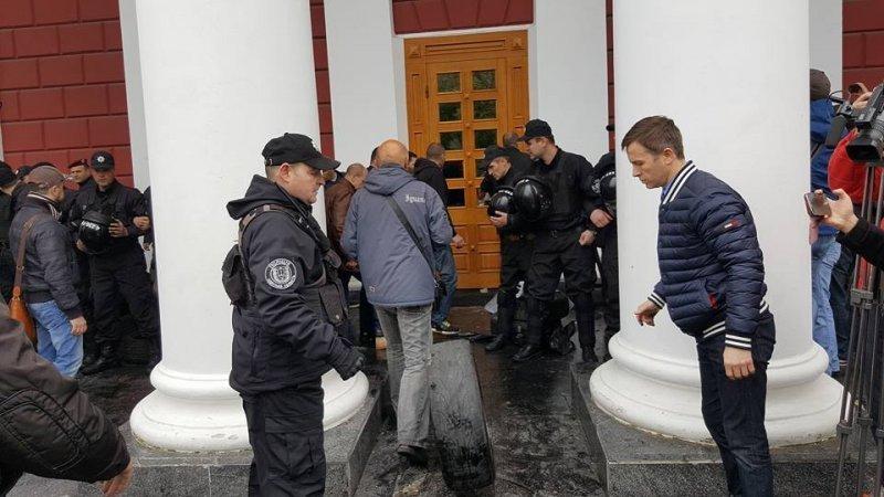 Сотрудники горсовета попали в заблокированное здание с помощью полиции (ФОТО; ВИДЕО; ОБНОВЛЕНО)