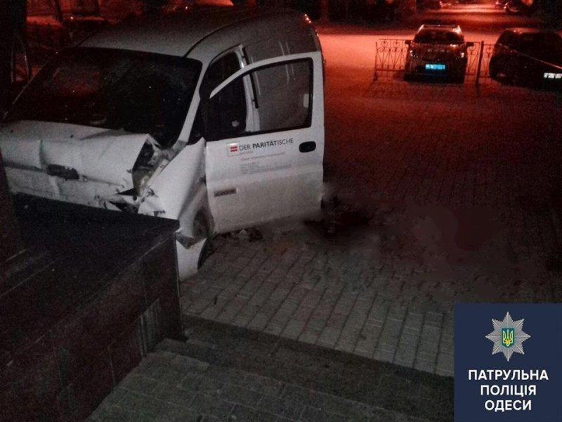 В центре Одессы смертельное ДТП: микроавтобус влетел в памятник Маразли (ФОТО)