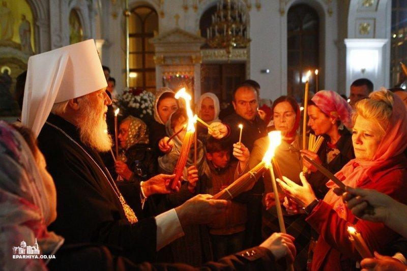 Пасха в Одессе: раздают благодатный огонь и святят куличи (ФОТО)