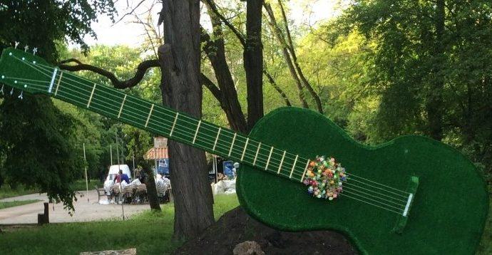 В парке Горького цветы «оккупировали» рояль и гитару (ФОТОФАКТ)