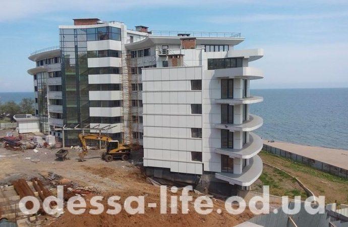 В городе-спутнике Одессы: фонтаны, скульптуры, коты и… стройка на пляже (ФОТОРЕПОРТАЖ)