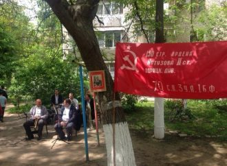 Во дворе на Таирова чествуют Сталина (ФОТО)