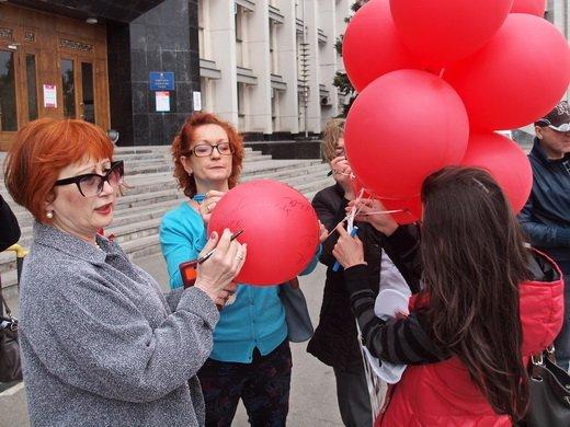 У Одесской ОГА выпустили в небо красные шары с именами умерших от ВИЧ-инфекции (ФОТО)