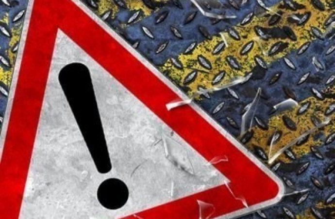 Авария на Пересыпи: автомобиль врезался в дерево, заблокировав движение трамваев