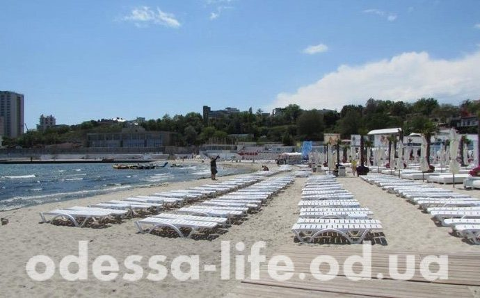 Пляжный сезон еще не начался, а одесскую Аркадию уже полностью оккупировали шезлонги (ФОТО)