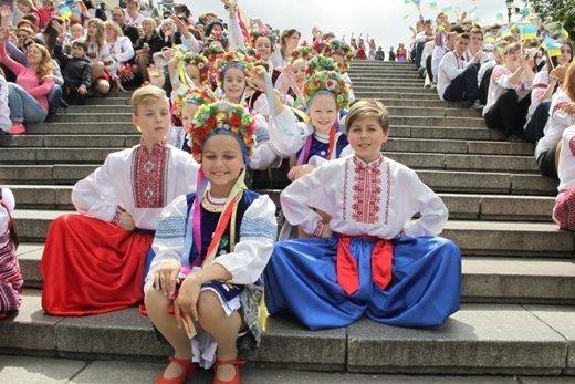 Потемкинскую лестницу заполонили дети в вышиванках (ФОТО)