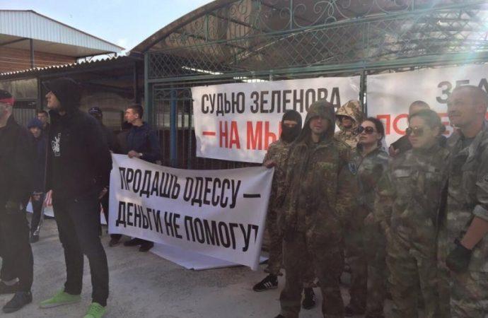 «Там просто ад»: активисты в камуфляже прессуют дом судьи (ФОТО)