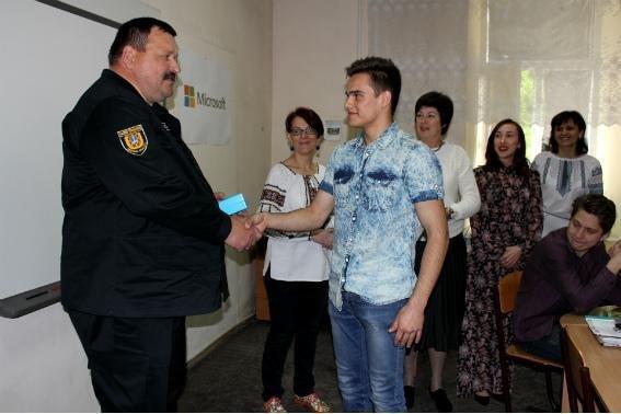 Полиция наградила 18-летнего парня, спасшего одесситку от грабителей