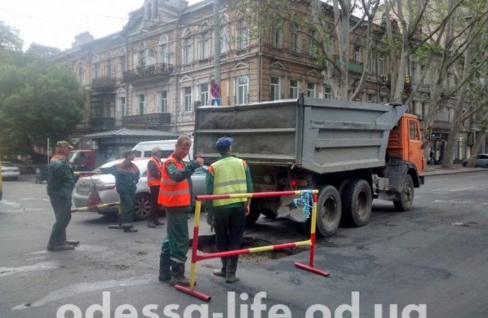 В центре Одессы засыпали скандальный провал (ФОТО)
