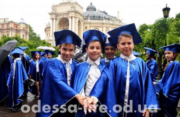 """Новоиспеченные одесские гимназисты делали селфи и """"зажигали"""" по улицам дождливой Одессы (ФОТО)"""